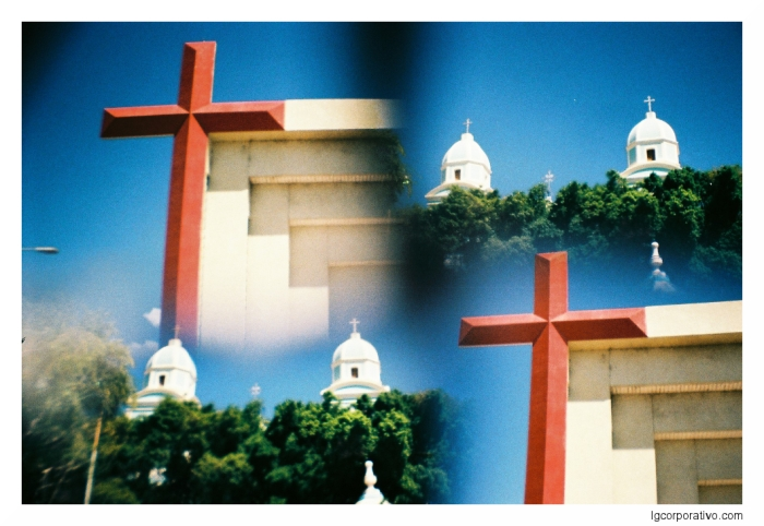 Lomografia – Igrejas sob múltiplasexposições